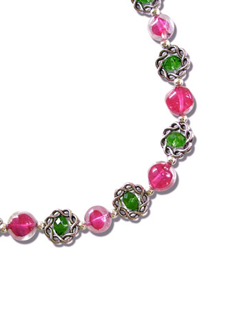 Close-up collier bicolore en cristal de France fushia et émeraude